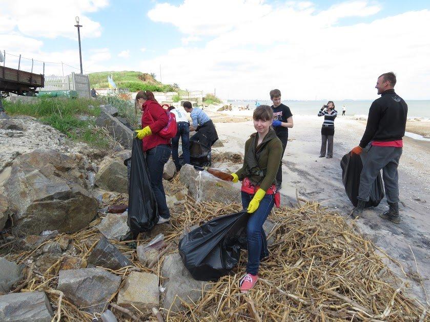Молодежь Мариуполя убрала территорию пляжа (ФОТО), фото-2