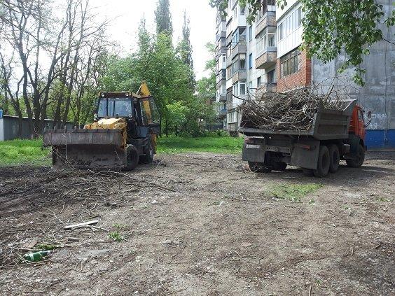 Коммунальщики убирают город от мусора и косят траву (ФОТО), фото-1