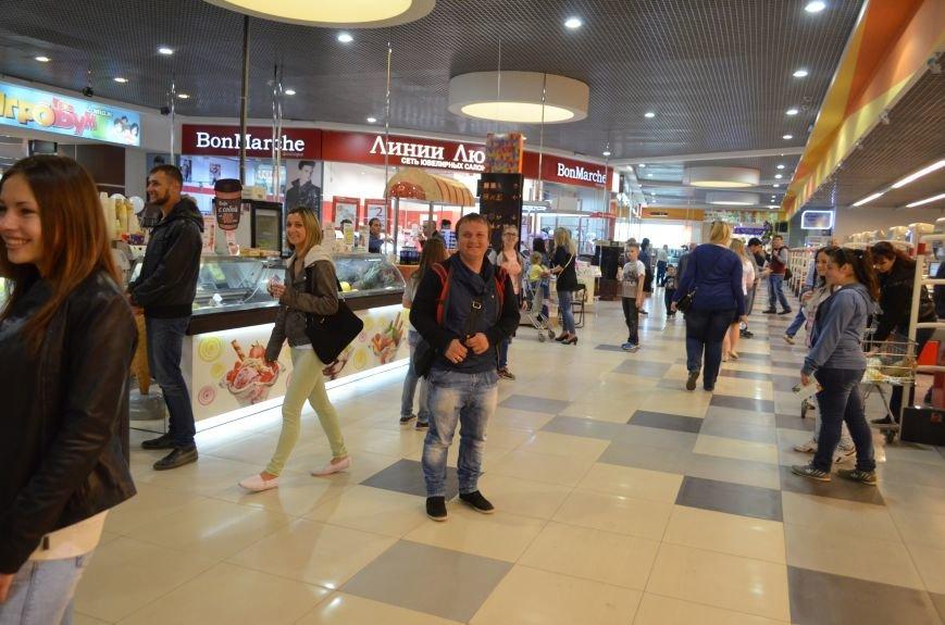 В торговом центре Симферополя молодежь неожиданно замерла на 30 секунд (ФОТО), фото-3