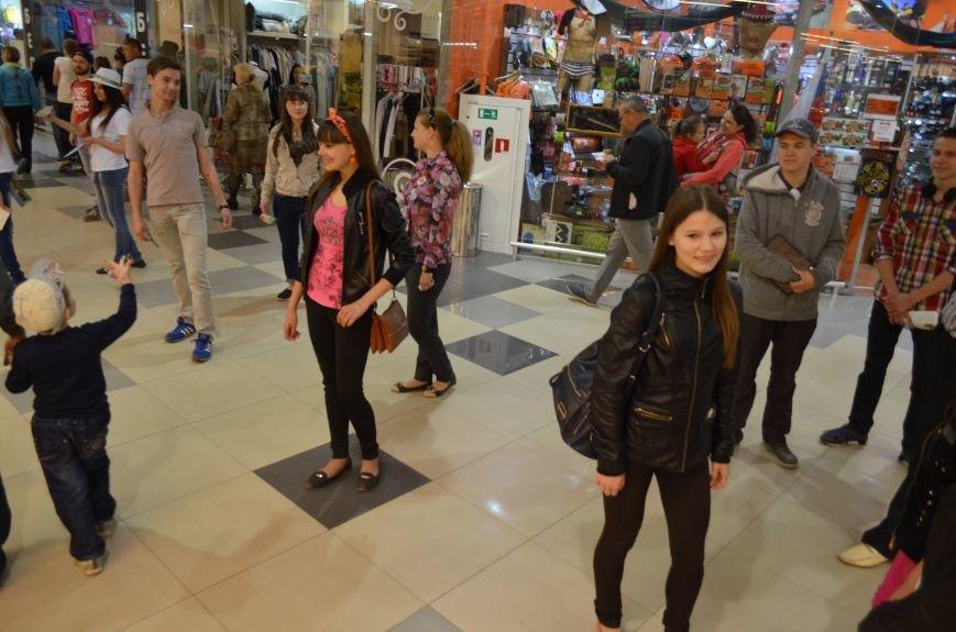 В торговом центре Симферополя молодежь неожиданно замерла на 30 секунд (ФОТО), фото-6
