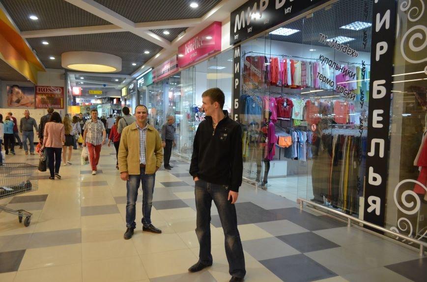 В торговом центре Симферополя молодежь неожиданно замерла на 30 секунд (ФОТО), фото-9