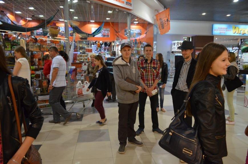 В торговом центре Симферополя молодежь неожиданно замерла на 30 секунд (ФОТО), фото-5
