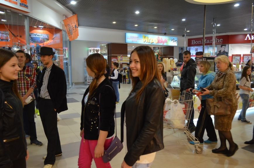 В торговом центре Симферополя молодежь неожиданно замерла на 30 секунд (ФОТО), фото-1