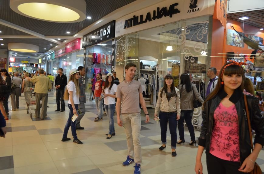 В торговом центре Симферополя молодежь неожиданно замерла на 30 секунд (ФОТО), фото-2
