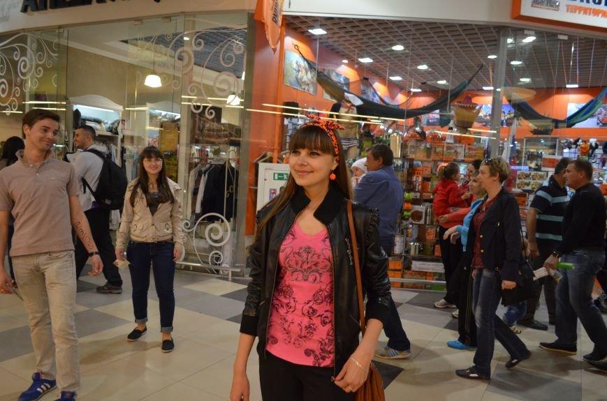 В торговом центре Симферополя молодежь неожиданно замерла на 30 секунд (ФОТО), фото-4