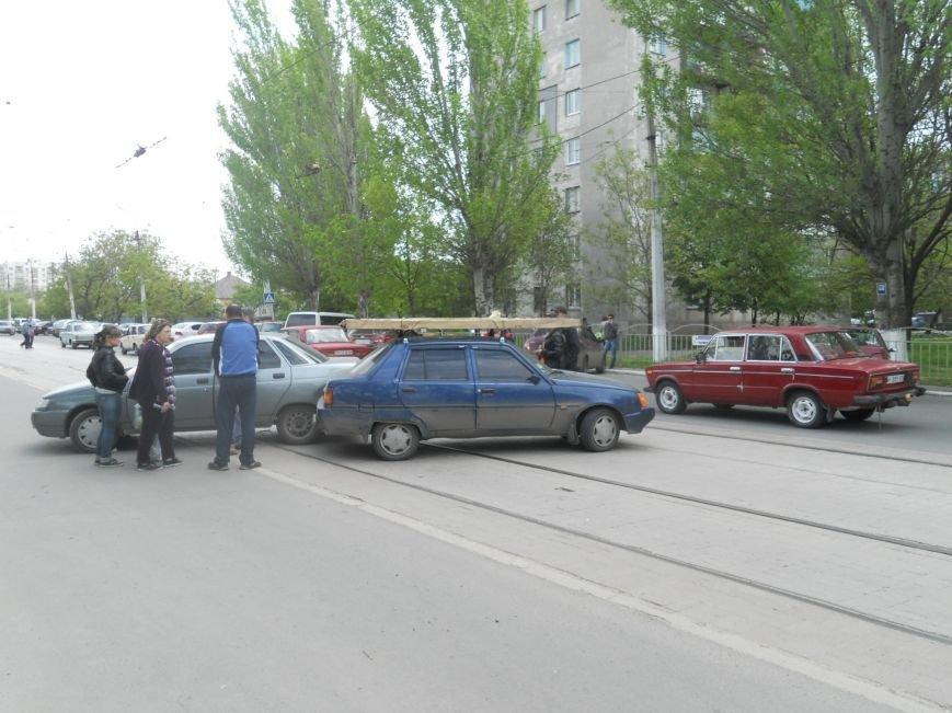 В Мариуполе легковушки перегородили проезд трамваям (фото) - фото 1