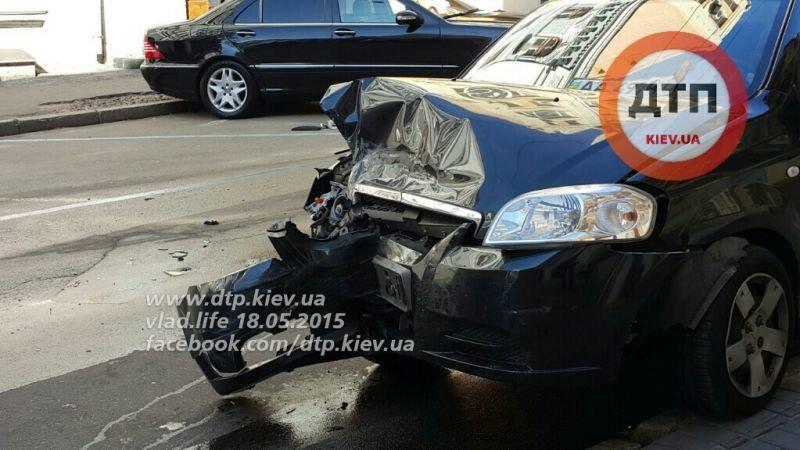В центре Киева две иномарки не разминулись на дороге с односторонним движением (ФОТО) (фото) - фото 1