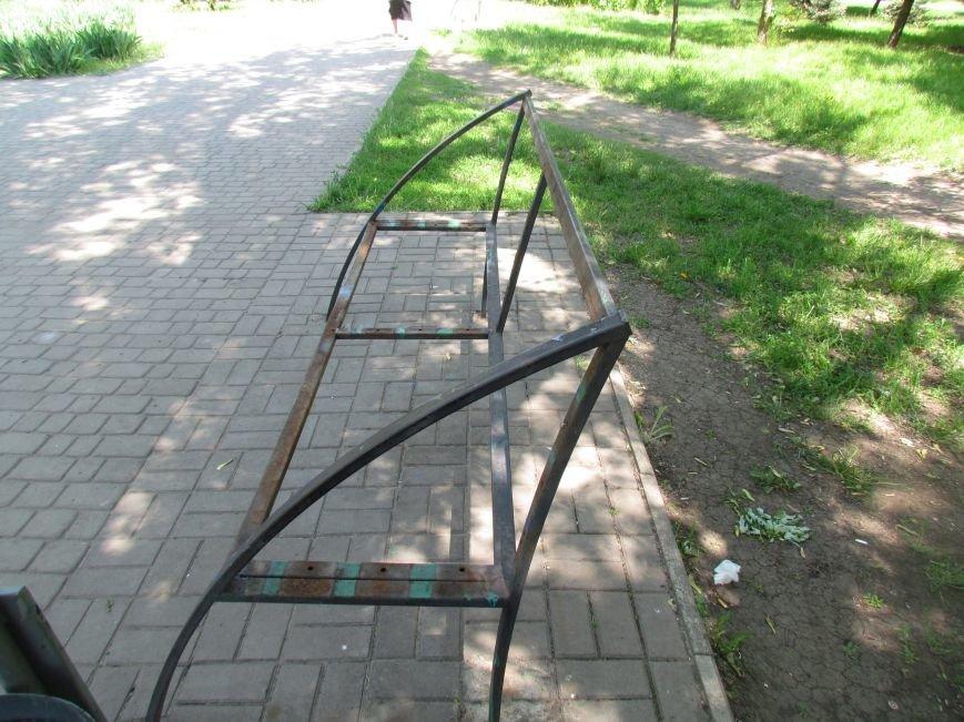 Жители Мариуполя обнаружили, что от лавочек в парке Победы остались только каркасы (ФОТО), фото-1