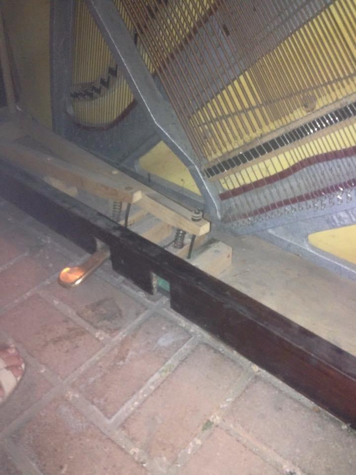На Крещатике неизвестные повредили уличное пианино (ФОТОФАКТ) (фото) - фото 1