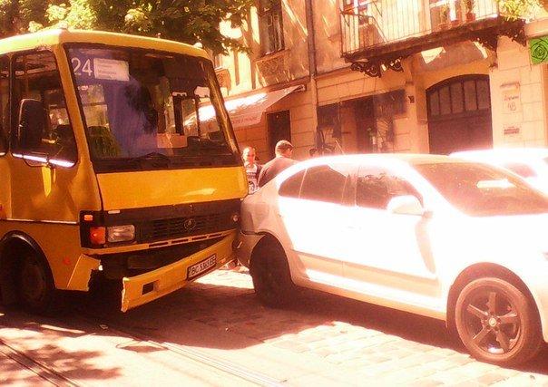 У центрі Львова ДТП: автобус врізався в іномарку (ФОТО) (фото) - фото 1