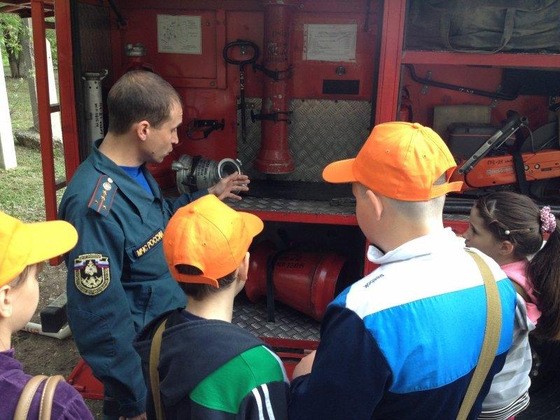 Перед летними каникулами школьники побывали на экскурсии у волгоградских пожарных, фото-1
