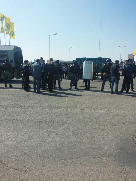 В Симферополе крымские татары провели автопробег. На выезде из города участников встретил ОМОН (ФОТО, ВИДЕО) (фото) - фото 10
