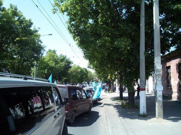 Автопробег крымских татар в Симферополе усиленно охраняли. На выезде из города участников встречали силовики (ФОТО, ВИДЕО) (фото) - фото 1