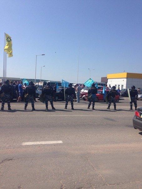 Автопробег крымских татар в Симферополе усиленно охраняли. На выезде из города участников встречали силовики (ФОТО, ВИДЕО) (фото) - фото 7