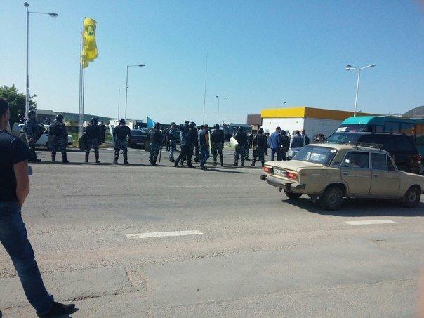 В Симферополе крымские татары провели автопробег. На выезде из города участников встретил ОМОН (ФОТО, ВИДЕО) (фото) - фото 9