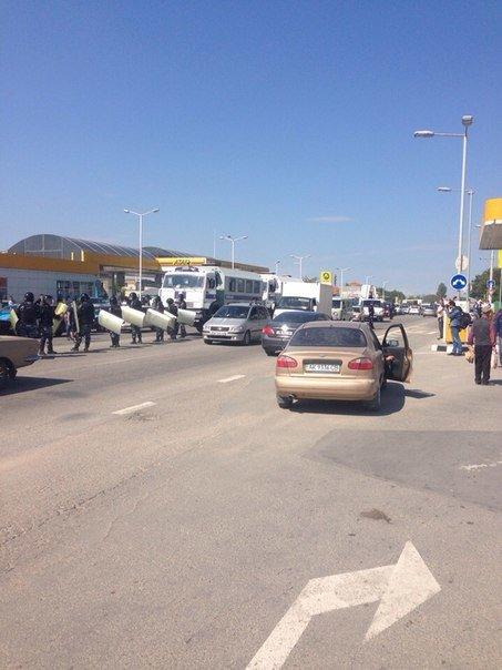 Автопробег крымских татар в Симферополе усиленно охраняли. На выезде из города участников встречали силовики (ФОТО, ВИДЕО) (фото) - фото 6