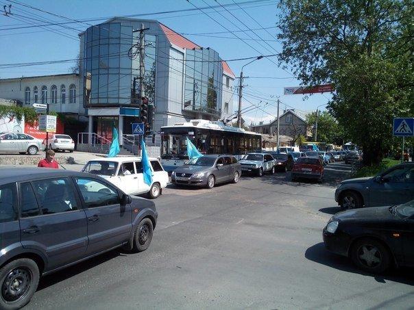 Автопробег крымских татар в Симферополе усиленно охраняли. На выезде из города участников встречали силовики (ФОТО, ВИДЕО) (фото) - фото 4