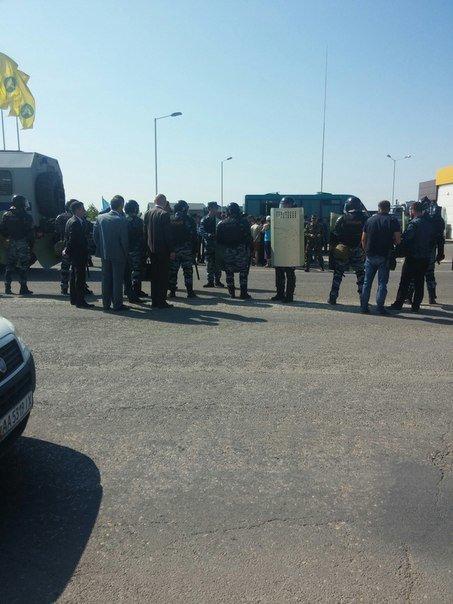 В Симферополе крымские татары провели автопробег. На выезде из города участников встретил ОМОН (ФОТО, ВИДЕО), фото-11