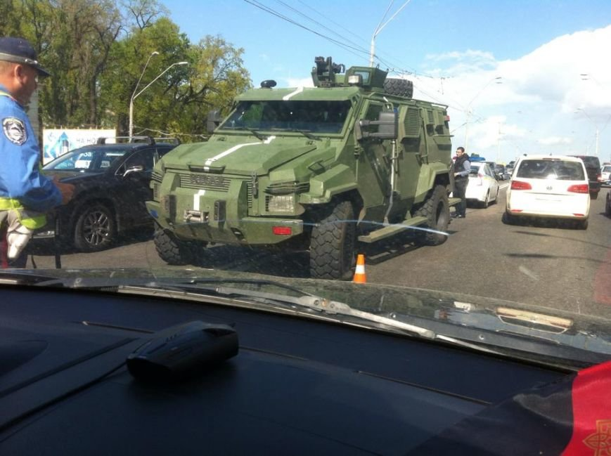 В Киеве военный броневик спровоцировал ДТП (ФОТО) (фото) - фото 1