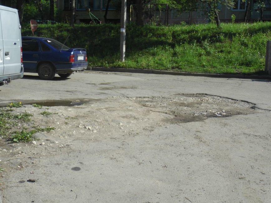 Величезні ями, болото:  жителі вулиці Чалдаєва № 3 розповіли про жахливий стан їхнього двору (ФОТО) (фото) - фото 2