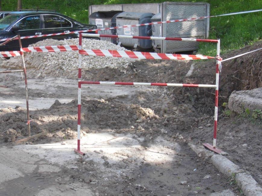 Величезні ями, болото:  жителі вулиці Чалдаєва № 3 розповіли про жахливий стан їхнього двору (фото) - фото 1