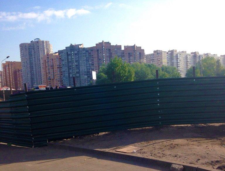 На Осокорках опять возвели забор вокруг скандального земучастка (ФОТОФАКТ) (фото) - фото 1