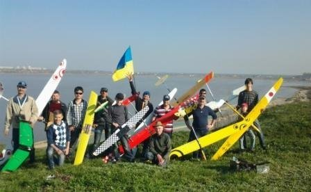 Под Одессой детвора запускает в небо десятки самолетов (Фото, видео) (фото) - фото 1
