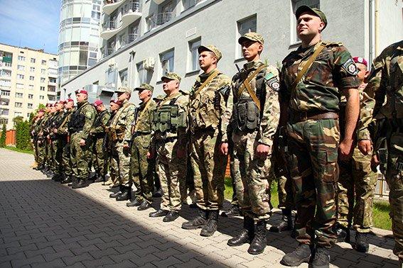 Міліцейські спецпризначенці з Хмельниччини вирушили у зону бойових дій (фото) - фото 1