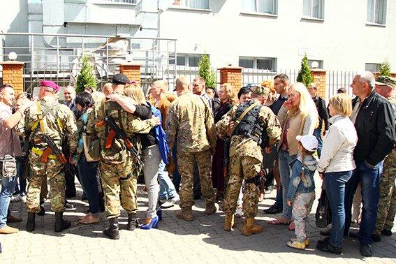 Міліцейські спецпризначенці з Хмельниччини вирушили у зону бойових дій (фото) - фото 5