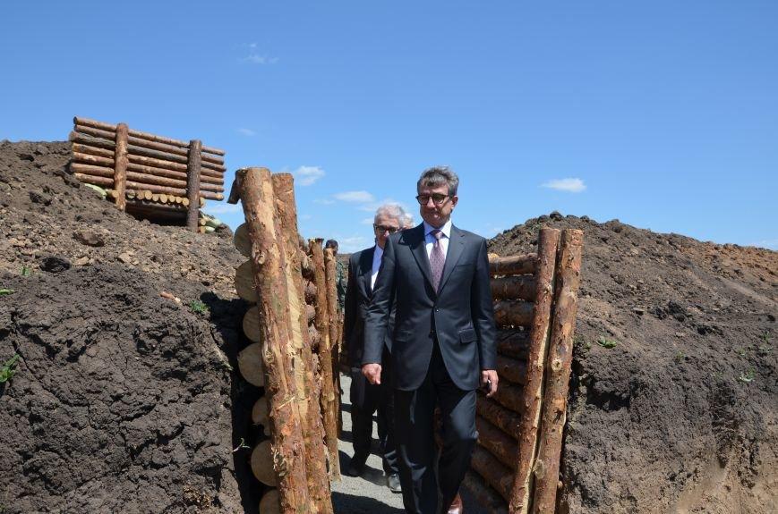 В Мариуполе посол ЕС в Украине посмотрел оборонительные сооружения и разрушенный «Восточный» (ФОТОРЕПОРТАЖ), фото-10
