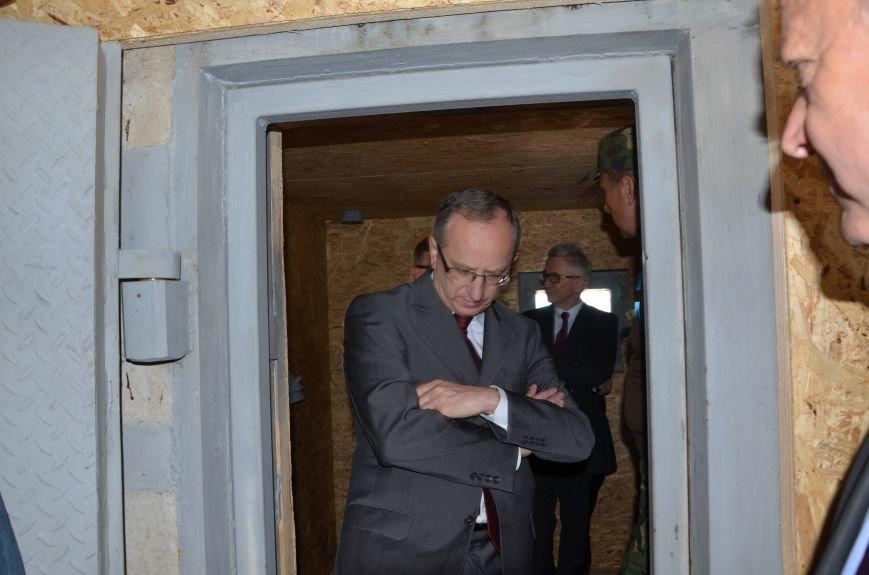 В Мариуполе посол ЕС в Украине посмотрел оборонительные сооружения и разрушенный «Восточный» (ФОТОРЕПОРТАЖ), фото-8