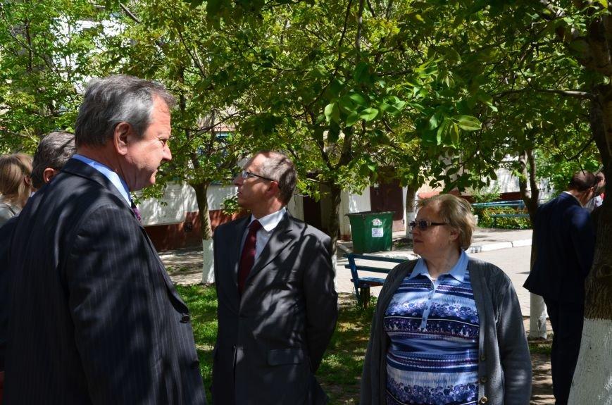 В Мариуполе посол ЕС в Украине посмотрел оборонительные сооружения и разрушенный «Восточный» (ФОТОРЕПОРТАЖ), фото-25