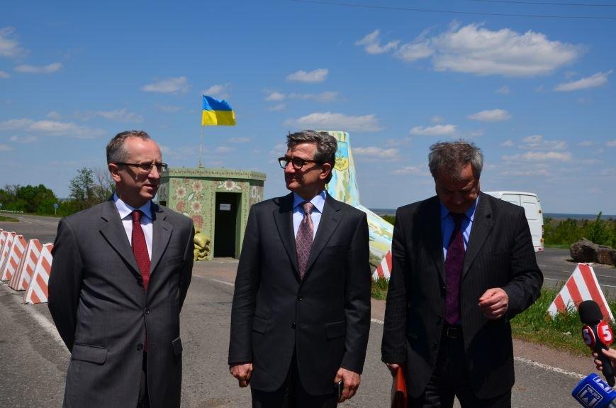 В Мариуполе посол ЕС в Украине посмотрел оборонительные сооружения и разрушенный «Восточный» (ФОТОРЕПОРТАЖ), фото-16