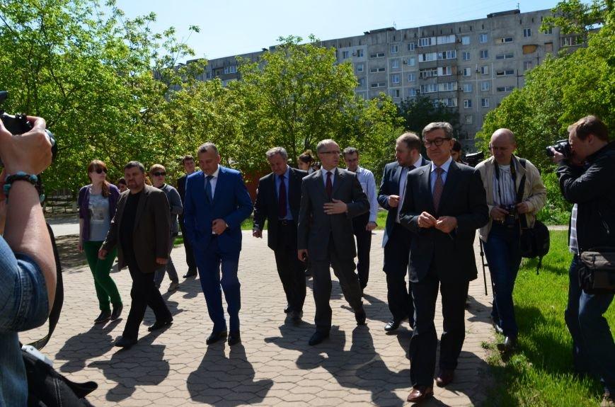 В Мариуполе посол ЕС в Украине посмотрел оборонительные сооружения и разрушенный «Восточный» (ФОТОРЕПОРТАЖ), фото-34