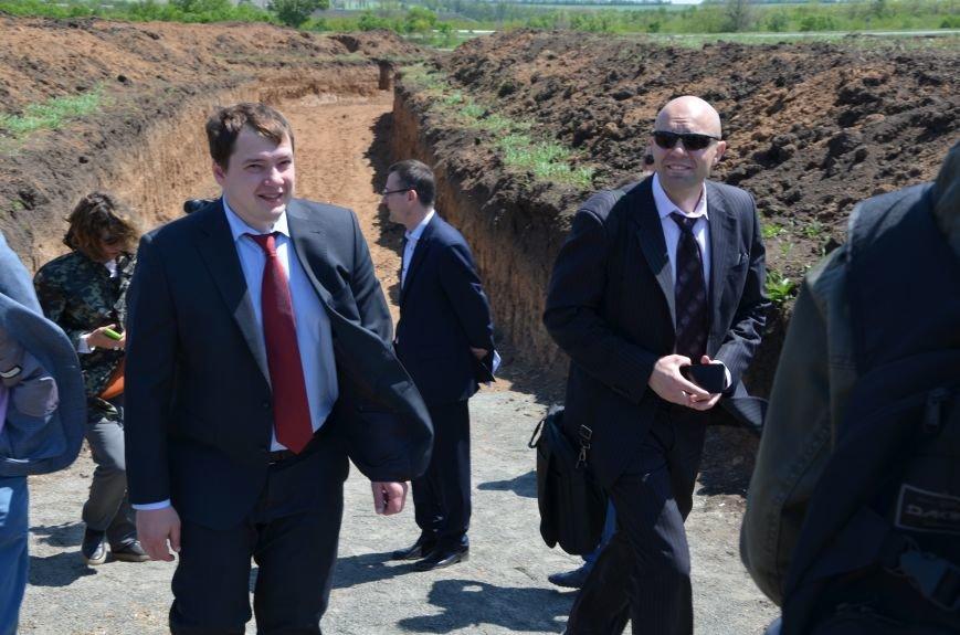 В Мариуполе посол ЕС в Украине посмотрел оборонительные сооружения и разрушенный «Восточный» (ФОТОРЕПОРТАЖ), фото-4