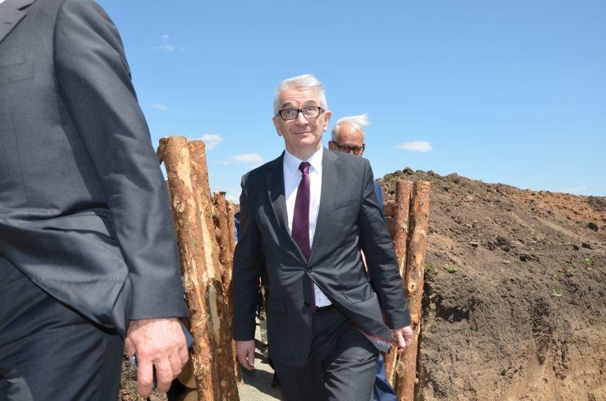 В Мариуполе посол ЕС в Украине посмотрел оборонительные сооружения и разрушенный «Восточный» (ФОТОРЕПОРТАЖ), фото-11