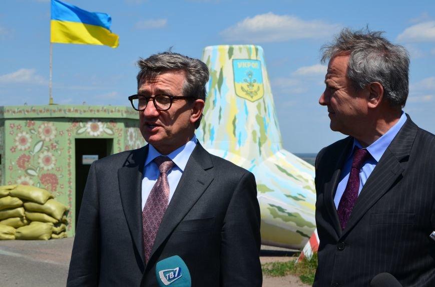 В Мариуполе посол ЕС в Украине посмотрел оборонительные сооружения и разрушенный «Восточный» (ФОТОРЕПОРТАЖ), фото-20
