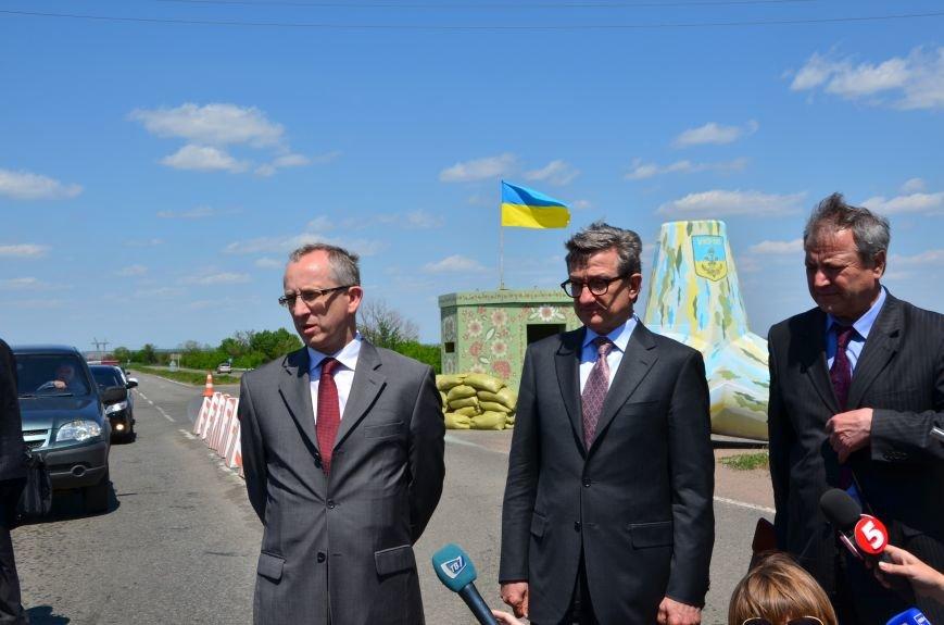 В Мариуполе посол ЕС в Украине посмотрел оборонительные сооружения и разрушенный «Восточный» (ФОТОРЕПОРТАЖ), фото-19