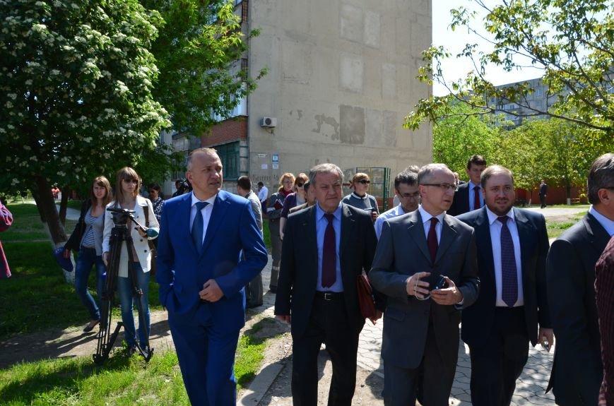 В Мариуполе посол ЕС в Украине посмотрел оборонительные сооружения и разрушенный «Восточный» (ФОТОРЕПОРТАЖ), фото-35