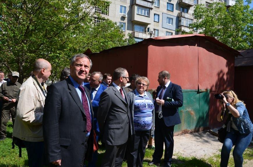 В Мариуполе посол ЕС в Украине посмотрел оборонительные сооружения и разрушенный «Восточный» (ФОТОРЕПОРТАЖ), фото-28