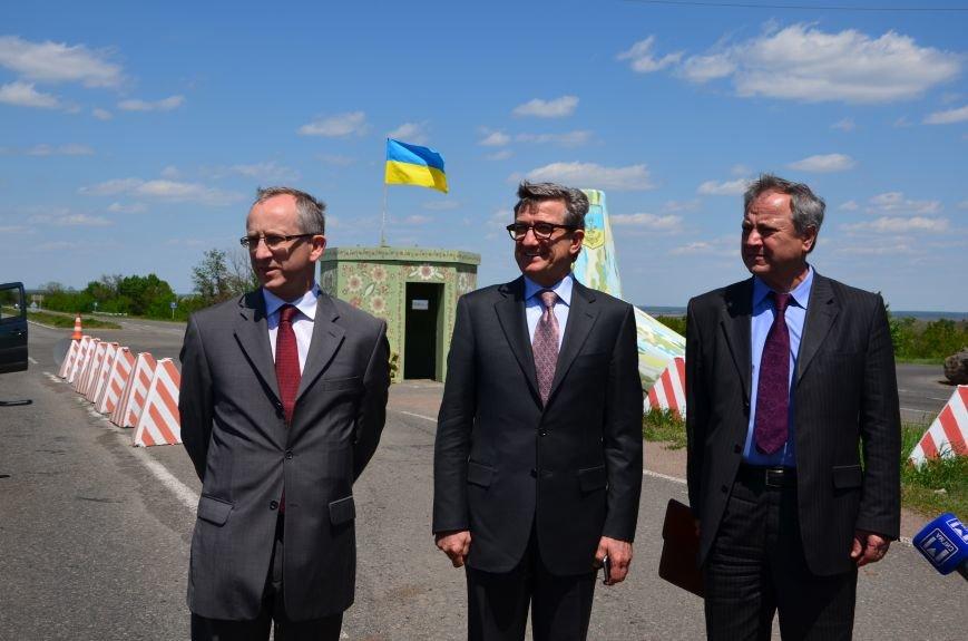 В Мариуполе посол ЕС в Украине посмотрел оборонительные сооружения и разрушенный «Восточный» (ФОТОРЕПОРТАЖ), фото-17