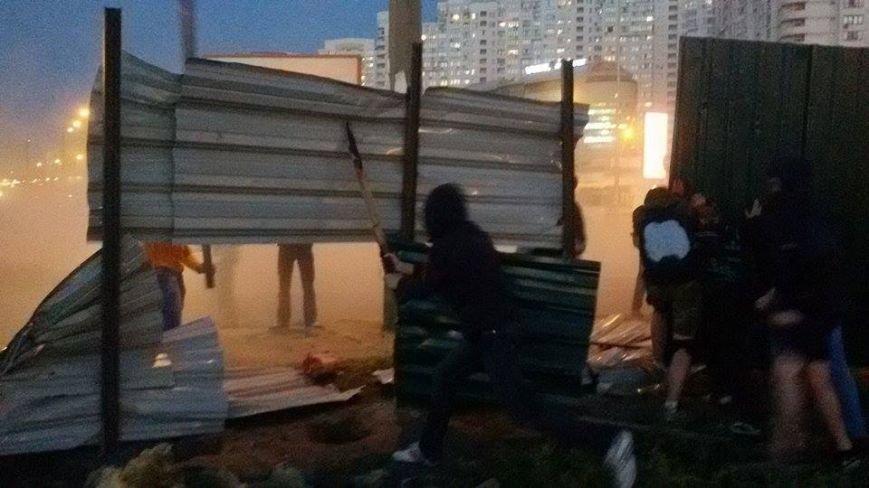 В Киеве активисты сломали забор вокруг скандальной застройки на Осокорках (Дополнено, ФОТО) (фото) - фото 1