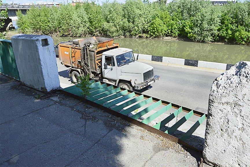 Упавшее ограждение недалеко от Ульбинского моста