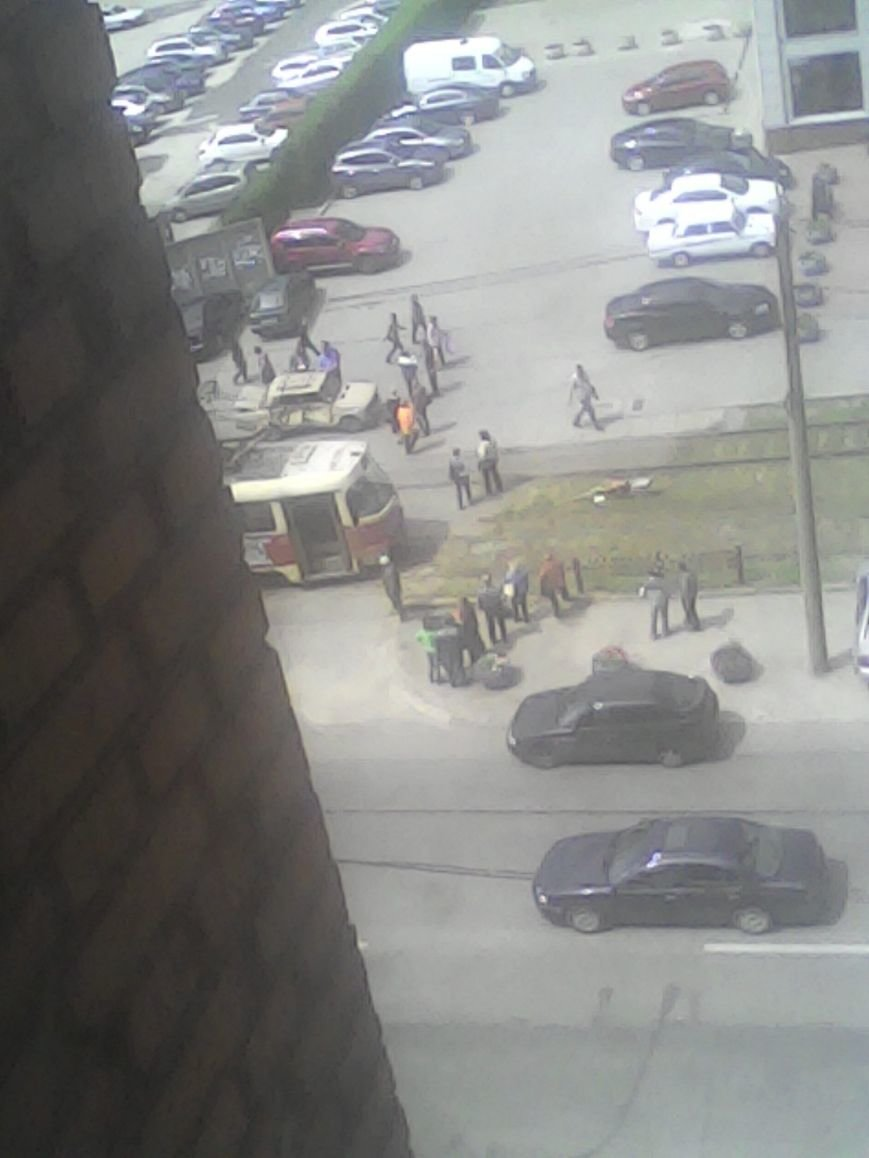 В Запорожье трамвай протянул «Жигули» 10 метров, - есть пострадавшие (ФОТО) (фото) - фото 1