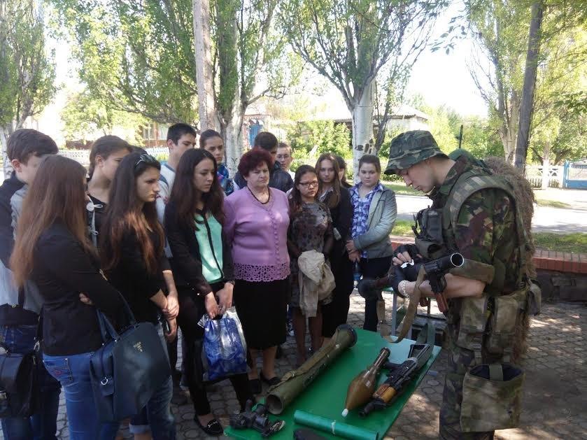 Морские пехотинцы, защищающие Мариуполь, провели урок мужества (ФОТО) (фото) - фото 1