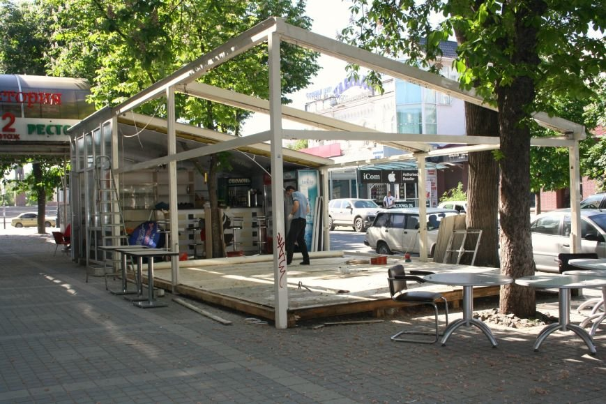 В центре Симферополя предприниматели добровольно сносят летнее кафе (ФОТОФАКТ) (фото) - фото 1