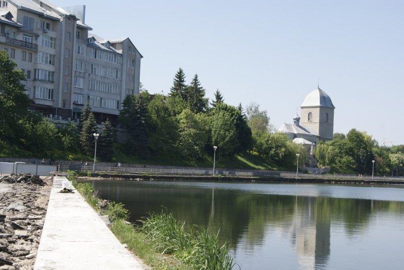 Навколо Тернопільського ставу комунальники облаштовують гавіон з каменю (фото) (фото) - фото 1