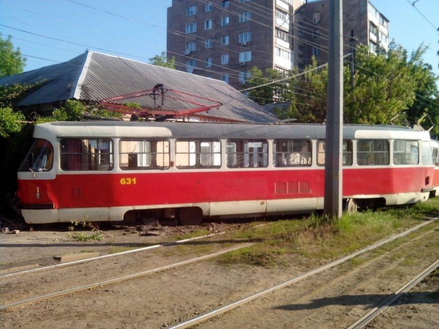 На улице Шевченко трамвай на полном ходу слетел с рельс и «протаранил» жилой дом (ФОТО) (фото) - фото 1