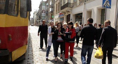 На вул. Дорошенка трамвай збив дівчину: потерпіла втратила зуб і розбила ніс (ФОТО)
