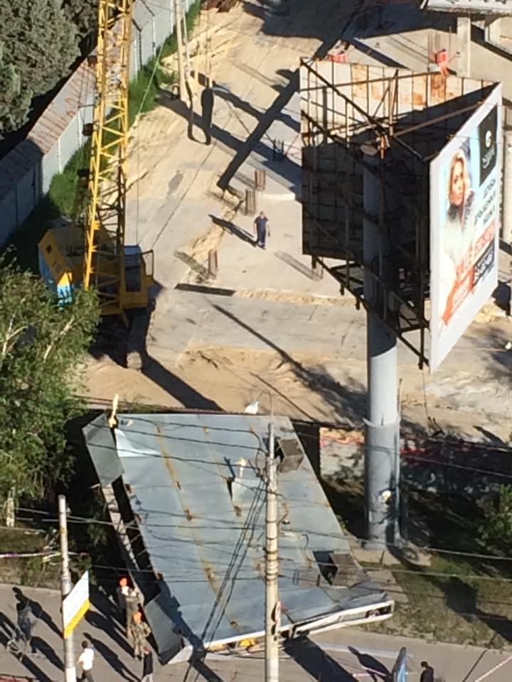 В Центральном районе Волгограда рухнула рекламная конструкция, фото-4